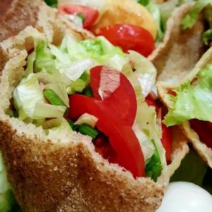 Рецепты средиземноморской кухни - Арабские лепёшки с курицей и салатом
