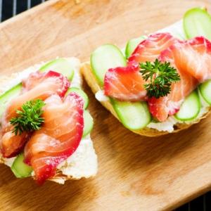 Бутерброды с рикоттой огурцом и малосольной форелью