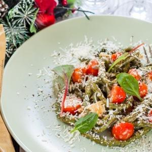 Рецепты итальянской кухни - Домашняя паста со шпинатом и томатами