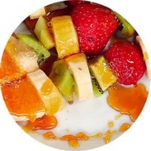 Фруктовый шашлык с манговым соусом
