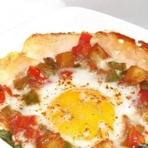 Рецепты из яиц - Глазунья с овощами, ветчиной и ананасами