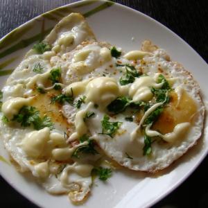 Душица обыкновенная (орегано) - Глазунья с плавленым сыром и карри