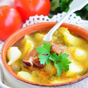 Гороховый суп из молодых овощей со свиными ребрами