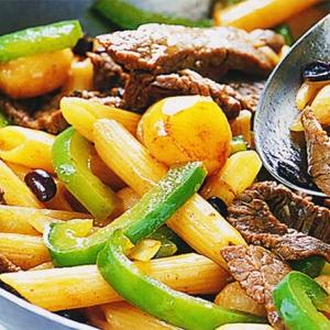 Кантонская говядина со сладким перцем и макаронами