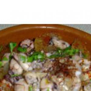 Рецепты испанской кухни - Картофель с мелкими кальмарами и шафраном