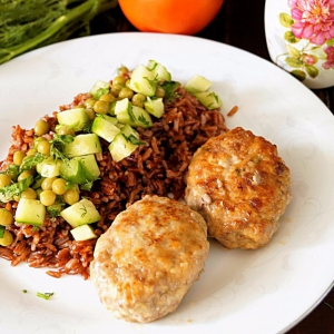 Красный рис и котлеты с начинкой