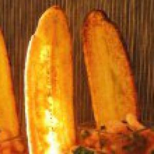 Рецепты испанской кухни - Креветочный салат с банановыми чипсами «Книга Мануэля»