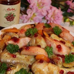 Тушеная птица - Курица с фруктами и брусничным соусом
