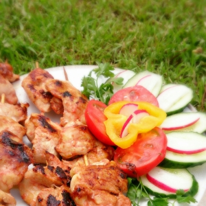 Блюда для пикника - Куриные шашлычки в томатном маринаде