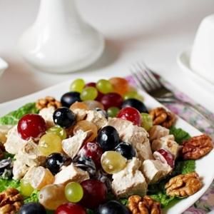 Каперсы - Куриный салат с виноградом и орехами