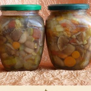Рецепты кухни Коми - Маринованные маслята с овощной заливкой