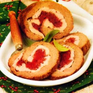 Рецепты из мяса птицы - Мясной рулет с брусничной начинкой