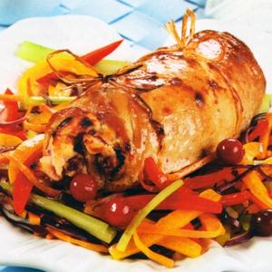 Мясные рулетики с сыром, клюквой и овощами
