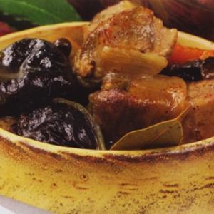 Тушеное мясо - мясо с черносливом