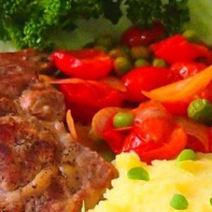 Лук-шалот - Мясо с гарниром из помидорок черри и горошка