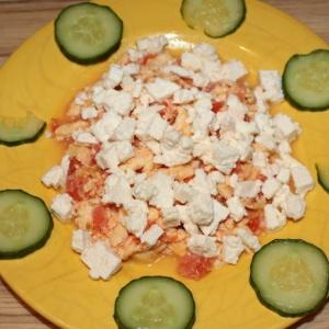 Рецепты из яиц - Омлет с помидорами под брынзой