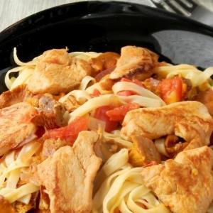 Рецепты пасты - Паста с курицей, лисичками и томатами