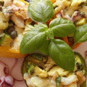Перец, фаршированный авокадо и морепродуктами
