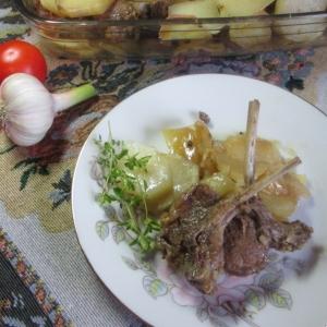 Рецепты французской кухни - Ребра ягненка с луком и картофелем