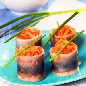 рольмопсы из сельди с морковью и луком