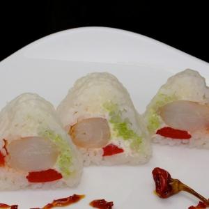 Васаби - Ролл с креветкой, декорированный жареной рисовой бумагой