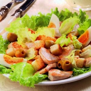 Салат цезарь с курицей и оливками
