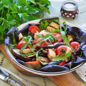 Чечевица - Салат из баклажанов с лососем и чечевицей