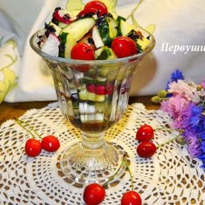 Салат из черешни, огурца и редиса