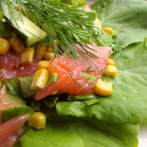 Салат из форели с огурцами и кукурузой
