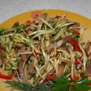 Острые блюда - Салат из говяжьего языка с огурцом и яблоком
