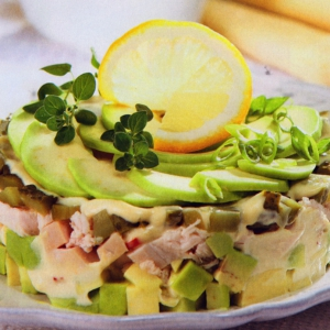 Салат из индейки с авокадо и солеными огурцами