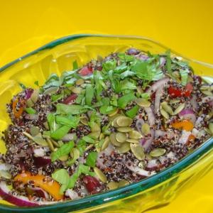 Салат из киноа с фасолью и красным луком