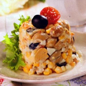 Салат из шампиньонов с кукурузой и маслинами