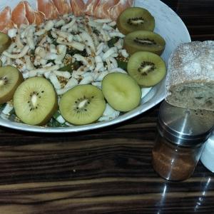 Фасоль - Салат с кальмарами, грибами и овощами