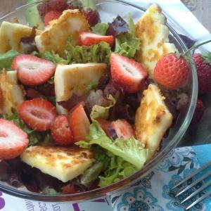 Авокадо - Салат с клубникой, авокадо и халуми