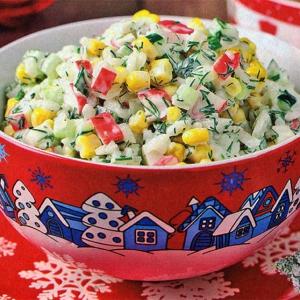 Салат с крабовыми палочками рисом и огурцом