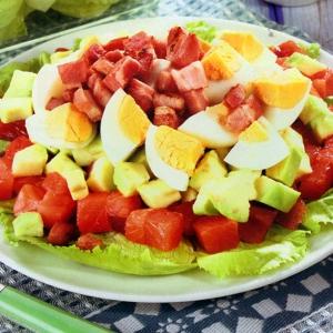 Салаты из мясопродуктов - Салат с красной рыбой авокадо и беконом