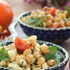 Вегетарианская кухня - Салат с нутом и брынзой