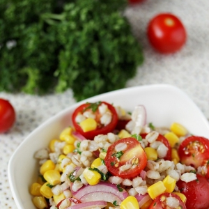 Салат с перловкой, кукурузой и помидорами