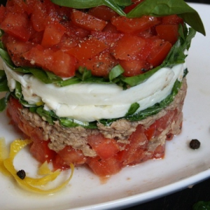 Салаты рыбные - Салат с тунцом, помидорами, сыром и базиликом