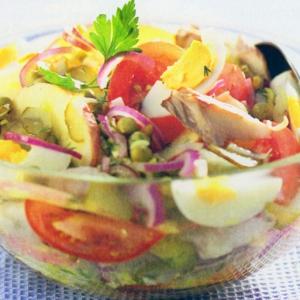 Салаты рыбные - Салат со скумбрией, яблоком и горошком