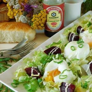 Салат со свеклой и яйцом пашот