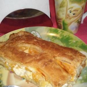 Слоеный пирог с творогом и фруктами