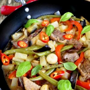 Ананас - Соус с уткой и овощами в сковороде