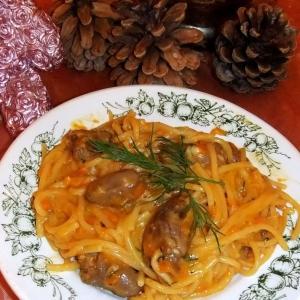 Спагетти с куриными сердечками в соусе