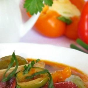 Оливки - Свиные ушки с красной фасолью, овощами, оливками и копчёными колбасками