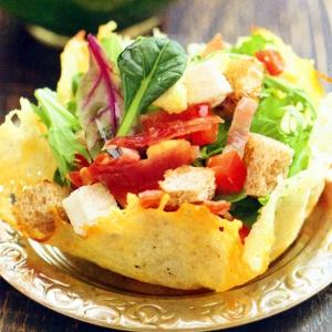 Салаты из мясопродуктов - Сырные корзиночки с курицей и беконом