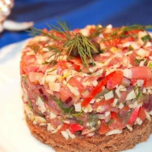 Салаты рыбные - Тартар из крабовых палочек с лососем