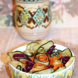 Вегетарианская кухня - Теплый салат из цуккини, морковки и гречки