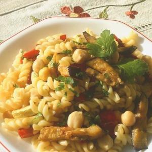 Нут - Теплый салат из пасты и овощей